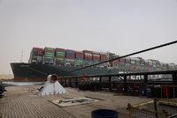 Suezem už propluly všechny lodě, které blokoval kolos. A vyšetřování nehody finišuje