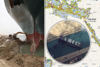 Obří loď zašpuntovala Suez: Bagry a remorkéky v akci, nadějí jarní příliv. A miliardové ztráty