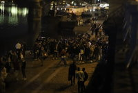 Stovky bavících se lidí na náplavce! Strážníci i policisté dav rozháněli, popíjelo se i na Žižkově