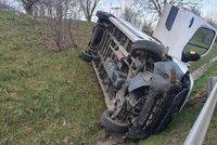 Hrozivě vypadající nehoda na Pražském okruhu. Dodávka skončila za svodidly na boku, činit se musel jeřáb