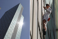 Muž vyšplhal bez jištění na 116metrový mrakodrap. Cestou dolů skončil v poutech