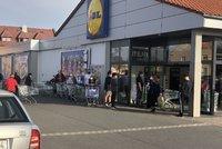 Důsledek zavřených obchodů v pátek: Češi se nahrnuli do front, Prouza si rýpl