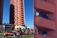 Muž (31) seděl na zábradlí balkonu v 9. patře a hrozil, že skočí kvůli rozchodu. Zasáhli policisté