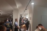 Fotky ze zakázané party v Praze: Na mejdanu v podkroví bylo 56 lidí! Drogy, alkohol a pak vyjukaná mládež