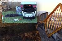 Honička s policisty stála mladého muže život: Nezvládl rychlou jízdu a s autem se zřítil z mostu