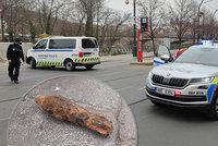 Nebezpečí v centru Prahy! Hledač našel ve Vltavě ostrou munici, okolí Žofína bylo zavřené