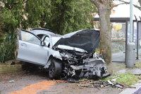 Mladík v BMW vylétl na Strahově ze silnice na chodník: Auto rozstřelil o plot a vrazil do stromu!