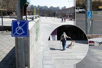 Místo náměstí »překážková dráha« za 50 mega? S holí ani na vozíčku neprojdete!