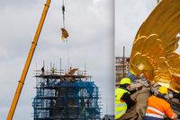 Zlatá křídla nad Prahou! Jeřáb vyzvedl zrestaurovanou sochu na střechu Fantovy budovy, podívejte se