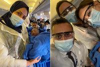 Pasažérka hekticky porodila na palubě letadla: Miminko dostalo od dopravce úžasný dárek