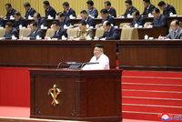Kim Čong-un přiznal, že je na tom KLDR zle. Naslouchaly mu tisíce straníků bez roušek