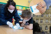 Zpátky do lavic! Děti na ZŠ Kladská si vyzkoušely antigenní testy i PCR testy ze slin