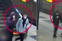 Nechutné napadení v metru: Sígři si vybili vztek na mladších sourozencích, hledá je policie