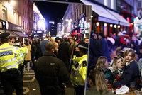 """Britové se po rozvolnění """"urvali"""". Divoké party v ulicích a hospodách musela krotit policie"""
