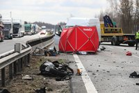 Motorkář se řítil po D5 rychlostí 206 km/h! Pak se otočil do protisměru a napálil do auta, zemřel na místě