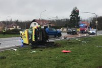 Děsivá nehoda v Úvalech u Prahy: Sanitka vezla pacienta do Ikemu, srazila se s osobákem a skončila na boku
