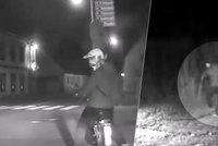 Opilec na babetě daleko nedodrandil: Při honičce ho zastavil plot, pak policisté