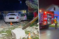 Auto se dvěma mladíky proletělo zdí u rodinného domu: Po uprchlém řidiči pátral vrtulník
