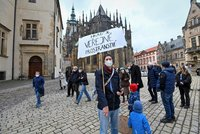 Demonstrace proti úplnému zákazu vstupu na Pražský hrad: Soud jeho znovuotevření podpořil