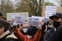 Demonstrace před ruským velvyslanectvím: Mezi odpůrci a příznivci Ruska došlo k potyčkám