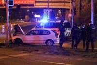 Zběsilá policejní honička v Praze: Řidič (55) ujížděl až 170 km/h, skončil v semaforu, zatýkání se bránil pepřákem