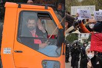 """Další demonstrace před ruskou ambasádou. """"Před bolševikem se neustupuje,"""" hřímal Novotný z multikáry"""