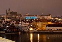 """""""Velezrada,"""" svítil obří nápis na Pražském hradě. Policie ho řeší jako přestupek, kdo za ním stojí?"""