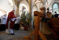 Po 105 letech kompletní! Kostel na Starém Městě má dva nové zvony, Haštala a Františka vyzvedl jeřáb