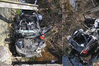 Drsná nehoda dvou aut Horním Slavkově: Škodovka skončila v potoce, řidič BMW byl pod vlivem drog a alkoholu