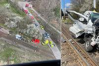 Vlak smetl dodávku na železničním přejezdu! Řidič i přes půlhodinovou resuscitaci zemřel