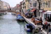 Česká ostuda v Benátkách: Turisté brázdili historické centrum na skútru a kole, dostali tučnou pokutu