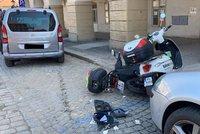Nehoda na Hradčanech: Řidič automobilu dostal křeče, naboural a skončil na střeše
