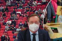 Koronavirus ONLINE: Na fotbal se o víkendu vrací diváci. A školám docházejí testy na covid