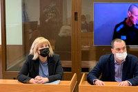 """""""Strašidelný kostlivec"""" Navalnyj se ukázal u soudu po hladovce. Verdikt o údajné pomluvě nezvrátil"""