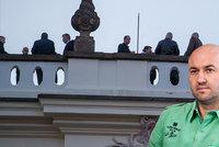 Na party v Dukově paláci byli i Zemanovi plukovníci. A režisér Strach se přiznal fotkou?