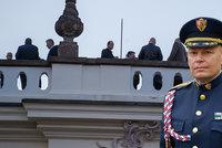 Na party v Dukově paláci byl i šéf Hradní stráže, čeká ho trest. A režisér Strach se přiznal fotkou?