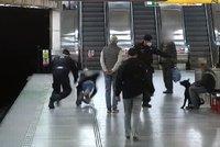 Agresivní pes ohrožoval v metru cestující, majitel byl namol. Strážníci tam náhodou našli i hledaného mladíka (17)