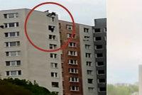 Žena seděla na parapetu v 11. patře: Zasahujícího hasiče se chytla za nohu a zřítila se!