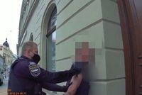 VIDEO: Nahatý opilec bušil do tramvají a chtěl se prát. Spoutaný skončil na záchytce