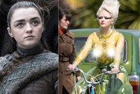 Arya ze Hry o trůny odhodila podprsenku! V průhledné pláštěnce na ulici