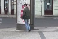 Úchyl obtěžuje ženy v Praze! Tiskne se k nim rozkrokem a šeptá oplzlé návrhy, policie hledá muže