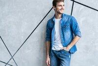 Džíny nevyjdou z módy - kalhoty, bundy a další doplňky na léto 2021