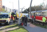 Nehoda poštovního vozu a tramvaje zastavila dopravu v Barrandově. Souběžně se bouralo i ve Vokovicích