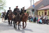 76 let od konce 2. světové války: Bitevní pole projíždí na koních, padly jich desetitisíce