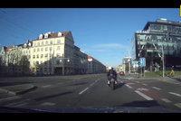 Divoká honička ulicemi Prahy: Opilý a sjetý motorkář ujížděl policii, pak odhodil motorku a schoval se za auto