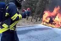 Hasiči na silnici likvidovali požár luxusního BMW: Z auta nic nezbylo, hasil i jeden ze svědků!