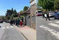 Neúnosná situace před pražskou zoo: Fronty stovek návštěvníků hlídá policie, na vstup budou čekat hodiny