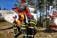 Náročný zásah záchranářů v Brdech: Vážně zraněnou cyklistku hledali v těžkém terénu