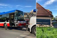 Šílená nehoda na Jarově: Autobus MHD zdemoloval plot a naboural do domu!