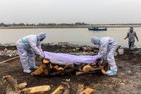 Řeka vyplavila těla obětí covidu. Zvláště znepokojivá mutace, obává se WHO Indie
